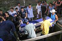 Entre l&aacute;grimas y dolor; Jamiltepec sepulta a sus muertos luego de tr&aacute;gico accidente a&eacute;reo.<br /> <br /> Por Patricia Castellanos.<br /> <br /> <br /> Santiago Jamiltepec, Oaxaca.- Luego de los lamentables hechos derivados del accidente a&eacute;reo suscitado la noche del viernes 16 de febrero en la comunidad de &nbsp;Santiago Jamiltepec ubicada en la regi&oacute;n Costa de la entidad oaxaque&ntilde;a; la fiscal&iacute;a general inform&oacute; que la cifra de personas fallecidas fue de 13: 6 mujeres, 4 hombres, 2 ni&ntilde;as y un ni&ntilde;o, en tanto, indic&oacute; que las personas lesionadas por este tr&aacute;gico evento fueron 16: 5 mujeres, 5 hombres, 3 ni&ntilde;as y 3 ni&ntilde;os, quienes est&aacute;n siendo atendidas en diversos hospitales del estado.<br /> <br /> Los hechos sucedieron aproximadamente a las 10: 25 de la noche del pasado viernes cuando el helic&oacute;ptero Black Hawk, con matricula 1071 de la Fuerza A&eacute;rea Mexicana se desplomara al realizar su aterrizaje en el Campo de Aviaci&oacute;n de la Colonia Aviaci&oacute;n de Santiago Jamiltepec, dejando a varias personas sin vida y otras m&aacute;s lesionadas de gravedad.<br /> &nbsp;<br /> De acuerdo a testigos, las personas muertas, se encontraban en este campo por seguridad, ya que luego del sismo de 7.2 grados escala Richter que tuvo como epicentro el municipio de Pinotepa Nacional, y que impact&oacute; en Jamiltepec, los pobladores se asustaron, por lo que decidieron pernoctar en el exterior alejados de sus viviendas para no sufrir alg&uacute;n percance por las r&eacute;plicas, pero lamentablemente esto resulto peor, ya que cuando la aeronave quien transportaba al Secretario de Gobernaci&oacute;n, Alfonso Navarrete Prida, y al gobernador de Oaxaca, Alejandro Murat Hinojosa, en las maniobras de aterrizaje cay&oacute; la aeronave, y a pesar de que los funcionarios salieron ilesos, este hecho dej&oacute; a 13 personas muertas y 16 con lesiones de gravedad.<br /> &nbsp;<