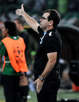 MEDELLIN -COLOMBIA. 02-04-2014. Enderson Moreira técnico de Gremio gesticula durante el partido de vuelta entre Atletico Nacional  de Colombia y Gremio de Brasil  por la primera fase, grupo 6, de La Copa Bridgestone Libertadores de America  2014 disputado en el estadio Atanasio Girardot / Enderson Moreira coach of Gremio gestures during the second leg match between Atletico Nacional  of Colombia and Gremio de Brasil  for the first phase, G6, of the Copa Libertadores de America Bridgestone 2014 played at Atanasio Girardot   stadium . Photo: VizzorImage / Luis Rios  / Stringer