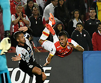 BOGOTA - COLOMBIA – 19 – 04 - 2017: Juan Roa (Der.) jugador de Independiente Santa Fe, disputa el balon con Jean Mota (Izq.) jugador de Santos, durante partido entre Independiente Santa Fe de Colombia y Santos de Brasil, de la fase de grupos, grupo 2, fecha 3 por la Copa Conmebol Libertadores Bridgestone 2017, en el estadio Nemesio Camacho El Campin, de la ciudad de Bogota. / Juan Roa (R) player of Independiente Santa Fe, fights for the ball with Jean Mota (L) player of Santos during a match between Independiente Santa Fe of Colombia and Santos of Brasil, of the group stage, group 2 of the date 3, for the Conmebol Copa Libertadores Bridgestone 2017 at the Nemesio Camacho El Campin in Bogota city. VizzorImage / Luis Ramirez / Staff.