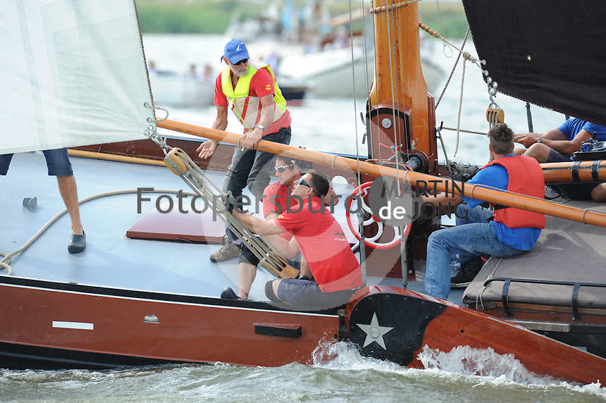 ZEILEN: LEMMER: Lemster baai, 30-07-2014, SKS skûtsjesilen, winnaar skûtsje Doarp Grou, Anne Tjerkstra (adviseur voordek), ©Martin de Jong
