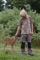 Rehkitz, Reh-Kitz, verwaistes, pflegebedürftiges Jungtier wird in menschlicher Obhut großgezogen, Kind geht mit Kitz spazieren, Kitz folgt auf Schritt und Tritt, Tierkind, Tierbaby, Tierbabies, Europäisches Reh, Ricke, Weibchen, Capreolus capreolus, Roe Deer, Chevreuil