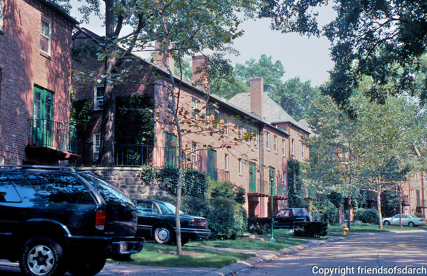 Clarence S. Stein/Henry Wright: Chatham Village, Pittsburgh. Access road to rear of housing cluster on interior green. 1932-1936. Photo '01.