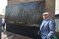 ALGEMEEN: EARNEWÂLD: Onthulling Skûtsjekunstwerk, oud skûtsjeschipper Joop Mink, ©foto Martin de Jong