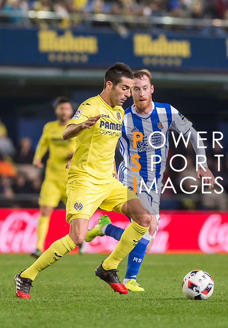 Bruno Soriano Llido (l) of Villarreal CF competes for the ball with David Zurutuza Veillet of Real Sociedad during their Copa del Rey 2016-17 Round of 16 match between Villarreal and Real Sociedad at the Estadio El Madrigal on 11 January 2017 in Villarreal, Spain. Photo by Maria Jose Segovia Carmona / Power Sport Images