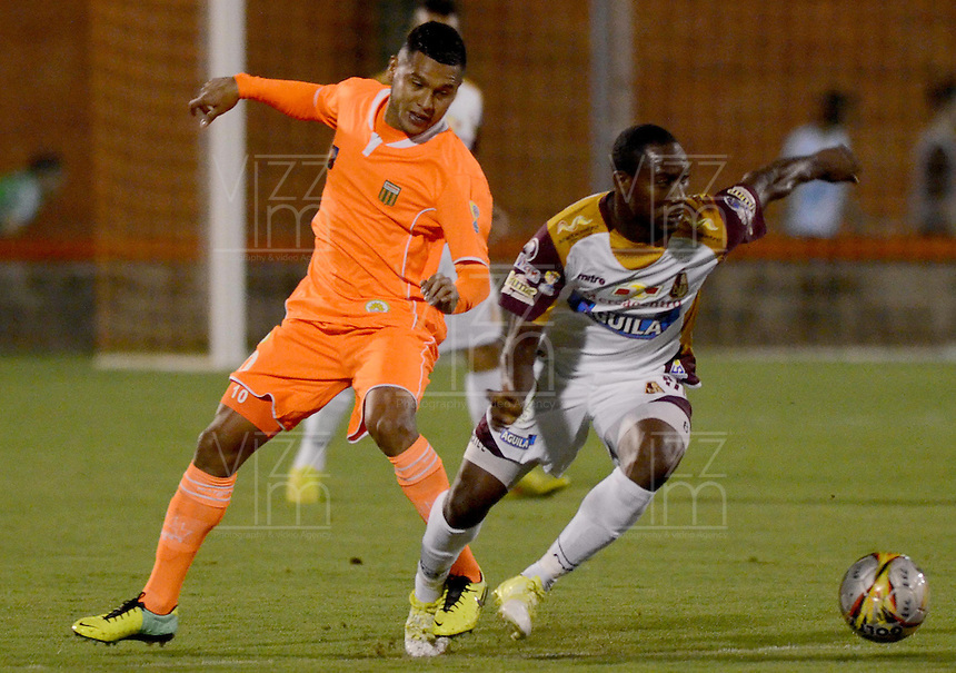 ENVIGADO -COLOMBIA-08-02-2015. Jhon E. Mendez (Izq) de Envigado FC disputa el balón con Avimiled Rivas (Der) de Deportes Tolima durante partido por la fecha 2 de la Liga Águila I 2015 realizado en el Polideportivo Sur de la ciudad de Envigado./ Jhon E. Mendez (L) of Envigado FC fights for the ball with Avimiled Rivas (R) of Deportes Tolima during match for the second date of the Aguila League I 2015 at Polideportivo Sur in Envigado city.  Photo: VizzorImage/León Monsalve/STR