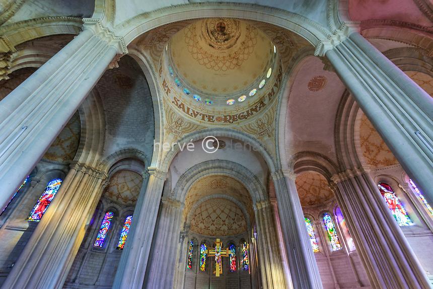 France, Lot-et-Garonne (47), Penne-d'Agenais, Basilique Notre-Dame de Peyragude, la nef et la coupole // France, Lot et Garonne, Penne d'Agenais, Basilica of Our Lady of Peyragude