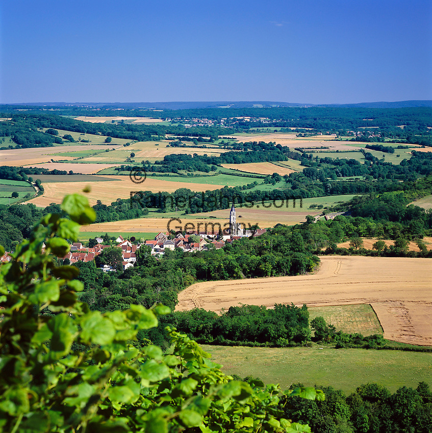 France, Burgundy, Département Yonne, Saint-Père-sous-Vézelay: View of Countryside | Frankreich, Burgund, Département Yonne, Saint-Père-sous-Vézelay: Dorf bei Vézelay