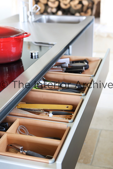 The steamed maple dividers have sturdy aluminium corner joints and the cooking knives and utensils are located directly below the hob
