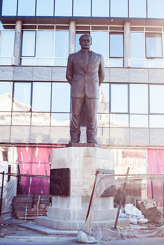 &ldquo;Nexhat Agoli&ldquo; <br />Sommer 2016 errichtet. Agoli, ein Rechtsanwalt, Kommunist und Partisane war der erste Minister der Sozialpolitik in der mazedonischen Regierung nach dem Ende des Zweiten Weltkriegs . Im Jahr 1948 wurde er verhaftet und ins Gef&auml;ngnis geworfen, wo er starb, w&auml;hrend seine Strafe verb&uuml;&szlig;te. Die Errichtung dieser und anderer Denkm&auml;ler f&uuml;r albanische Pers&ouml;nlichkeiten als Teil von &bdquo;Skopje 2014&ldquo; ist das Ergebnis einer Koalitionsvereinbarung zwischen VMRO-DPMNE und der albansichen Partei DUI (weitere: Nexhat Agoli, Pjeter Bogdani und Jusuf Bageri)<br /><br />&ldquo;Nexhat Agoli&ldquo; <br />erected summer of 2016. Agoli, a lawyer, communist, and partisan, was the first minister of social policy in the Macedonian government after the end of World War II. In 1948 he was arrested and imprisoned where he died while serving his sentence. The erection of this and other monuments to Albanian national figures, which is part of the &ldquo;Skopje 2014&rdquo; project, is a result of a coalition agreement between VMRO-DPMNE and the DUI. The Albanien Party DUI submitted a proposal for the monuments of Nexhat Agoli, Pjeter Bogdani and Jusuf Bageri to Centar Municipality in June 2010, which approved the plan in October the same year. <br /><br />Mega-Bauprojekt &quot;Skopje 2014&quot;