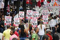 ATENÇAO EDITOR   FOTO EMBARGADA PARA VEICULOS INTERNACIONAIS -  RIO DE JANEIRO, RJ 26 DE NOVEMBRO 2012 -   PASSEATA CONTRA INJUSTIÇA EM DEFESA DO RIO - VETA DILMA.  Nesta tarde de segunda feira (26) foi realizada a  passeata em manifesto da Injustiça em Defesa do Rio sobre os Royalties do petroleo.   A passeata teve concentraçao na Igreja da Candelaria no centro da capital fluminense, percorrendo a Avenida Rio Branco ate a Cinelandia onde se realizou vários shows com artista da cidade em apoio. A passeata teve o apoio da populaçao carioca e lotou o centro do Rio mesmo com chuva.<br /> FOTO RONALDO BRANDAO  /  BRAZIL PHOTO PRESS