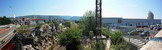KROATIEN, 06.2013, Rijeka. &copy; Petar Kurschner/EST&amp;OST<br /> PETROL Tankstelle, LIDL Supermarkt. | PETROL filling station, LIDL supermarket.