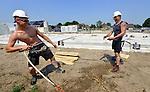WOERDEN - In Woerden zoeken medewerkers van Bolton Bouw met een slang water verkoeling tijdens de bouw van woningbouwproject Woerden Centraal Blok 3. Het project bestaat uit 29 woningen  en is onderdeel van een groot woningbouwproject op het voormalige Campina terrein. Naast deze woningen en een in aanbouw zijnde woontoren zullen afhankelijk van de vraag nog enkele appartementencomplexen gebouwd worden. COPYRIGHT TON BORSBOOM