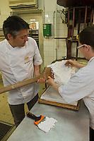 Europe/France/Rhône-Alpes/26/Drôme/Montélimar: Fabrication traditionnelle  du Nougat de Montélimar chez Eric Escobar - Le mélange est malaxé pour une bonne répartition des amandes et pistaches.  - Eric Escobar
