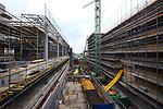 UTRECHT - In het centrum van Vredenburg is BAM Nieuwbouw Hoog Catharijne onder de 15 meter diepe bouwput voor parkeergarage Vredenburg begonnen met het uitgraven en bouwen van een drielaags parkeergarage. De betonbekisting wordt eenvoudigweg op de strak gelegde zandbodem gelegd die na het harden van het gestorte beton, wordt uitgegraven voor de onderliggende etage. Het door OeverZaaijer architectuur en stedebouw in opdracht van Corio ontworpen complex wordt 35.000 m2 groot en moet ruimte gaan bieden aan 1.300 parkeerplaatsen. De vijflaags parkeergarage moet in 2019 klaar zijn. BAM Nieuwbouw Hoog Catharijne bestaat uit BAM Utiliteitsbouw en BAM Civiel. COPYRIGHT TON BORSBOOM