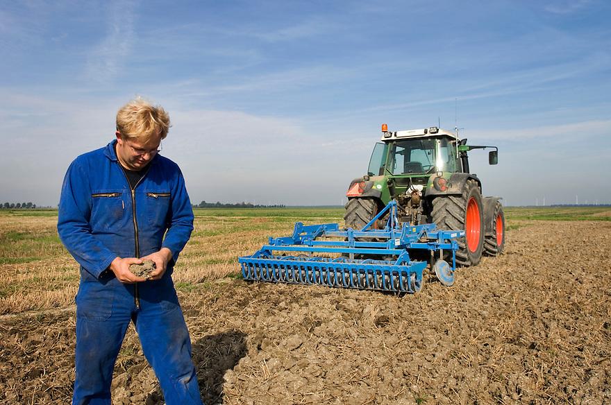 Nederland, Zeewolde, 15 sept 2006<br /> Martin Boersma, boer <br /> Gangbaar bedrijf, akkerbouw<br /> Boer bewerkt grond met machine achter tractor. Af en toe stapt hij uit en bekijkt het resultaat nauwgezet<br /> grondbewerking, akkerbouw, boer<br /> Foto: (c) Michiel Wijnbergh