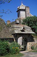 Europe/France/Auvergne/15/Cantal/Calvinet: Porche-pigeonnier XVIIIème siècle d'une ferme à la Rouquette