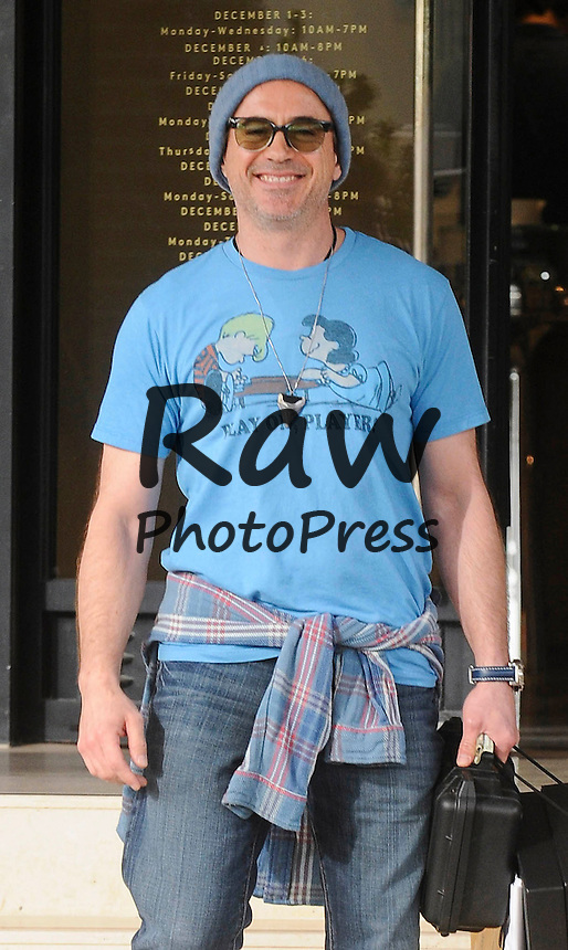 Robert Downey Jr ha salido de compras en Beverly Hills.<br /> <br /> Photo &copy;2014: The Grosby Group<br /> <br /> Los Angeles, December 24, 2014<br /> Robert Downey, Jr. was spotted doing some last minute Christmas shopping at Barney's New York in Beverly Hills.