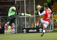 BOGOTA -COLOMBIA, 15-09-2016. Anderson Plata (Der) jugador de Independiente Santa Fe   disputa el balón con Kevin Balanta (Izq) del Deportivo Cali  durante encuentro  por la fecha 12 de la Liga Aguila II 2016 disputado en el estadio Metropolitano de Techo./ Anderson Plata (R) player of Santa Fe   fights for the ball with Kevin Balanta (L) player of Deportivo Cali  during match for the date 12 of the Aguila League II 2016 played at Metropolitano de Techo stadium . Photo:VizzorImage / Felipe Caicedo  / Staff