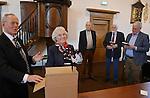 Foto: VidiPhoto<br /> <br /> WADDINXVEEN - Het echtpaar Jan en Nellie van Dooijeweert-van der Slikke herdacht op zaterdag 14 januari dat ze 55 jaar waren getrouwd en 44 jaar evangelisatiewerk verzorgden in binnen en buitenland. Naast een receptie werd er in de Brugkerk in Waddinxveen een herdenkingsmoment gehouden in aanwezigheid van ruim 100 familieleden, vrienden en bekenden. Jan van Dooijeweert begon als evangelist van de Ger. Gem. op een evangelisatiepost in Tilburg. Daarna volgde een periode bij de stichting In de Rechte Straat (IRS), waarna ze tot op dit moment voorgangers opleiden in Peru. Tevens werd zaterdag een door Nellie een door haar geschreven boek &quot;Als vonkjes overslaan&quot; gepresenteerd, over het leven en werken onder de Indianen in Peru.