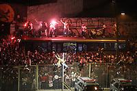 SÃO PAULO,SP,  06.07.2016 - SÃO PAULO-NACIONAL - Torcedores do São Paulo aguarda chegada do clube momento antes da partida contra o Atlético Nacional (Colombia) jogo de ida das semi-finais da Taça Libertadores da América no Estádio Cicero Pompeu de Toledo, o Morumbi, nesta quarta-feira, 06. (Foto: Vanessa Carvalho/Brazil Photo Press )