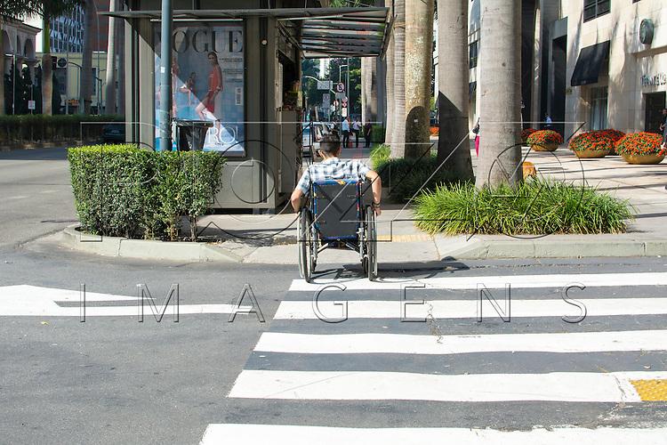 Cadeirante usando rampa de acessibilidade na Avenida Faria Lima, São Paulo - SP, 07/2016.