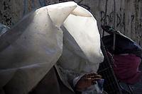 SÃO PAULO, SP, 16.06.2016 - CLIMA-SP - Idosa se protege do frio, embrulhada em saco plástico, pedindo emprego na Avenida Rangel Pestana , na região central de São Paulo (SP) nesta manhã de quinta-feira (16). (Foto: Adailton Damasceno/Brazil Photo Press)