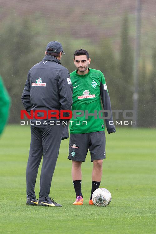 Trainingsgel&auml;nde, Jerez, ESP, 1.FBL, Trainingslager Werder Bremen 2014,  13.01.2014, <br /> <br /> Mehmet Ekici (Bremen #10)<br /> Robin Dutt (Trainer Werder Bremen)<br /> <br /> Taktikerklarung vor dem Training<br /> <br /> Foto &copy; nordphoto/ Kokenge