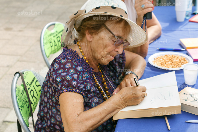 UNGARN, 09.2018, Budapest. Die Philosophin Ágnes Heller signiert eines ihrer Buecher. | The philosopher Agnes Heller dedicating one of her books.<br />  @ Szilard Voros/estost.net