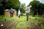 le 3 juillet 2013, l'ehpad Jacques Brel réalisent des partenanariats avec des associations sur proposition des résidents. Marcelle et jean-noel viennent visiter les jardins partagés jouxtant la résidence.