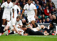 Photo: Richard Lane/Richard Lane Photography. England v New Zealand. QBE Autumn International. 08/11/2014. New Zealand's Aaron Crunden scores a try.