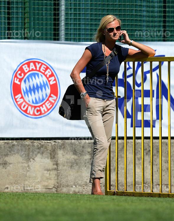 Fussball 1. Bundesliga:  Saison  Vorbereitung 2012/2013     Trainingslager des FC Bayern Muenchen 16.07.2012 Sekretaerin Kathleen Krueger (FC Bayern Muenchen) mit  Handy