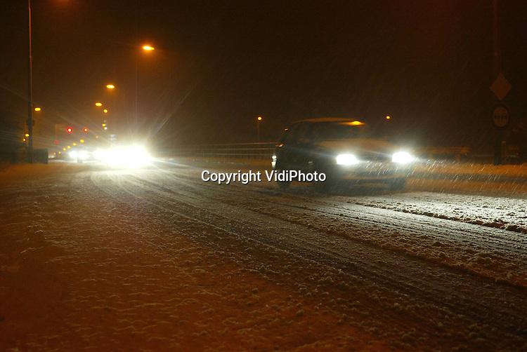 Foto: VidiPhoto..WOLFHEZE - Stapvoets rijden op de vrijwel onbegaanbare wegen bij Wolfheze.
