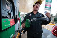Querétaro, Qro. 03 DICIEMBRE 2016.- El inicio de año trajo consigo una ligera disminución en el precio de la gasolina en poco menos $0.40 visible en las gasolineras.<br /> <br /> Foto: Victor Pichardo / Obture Press Agency