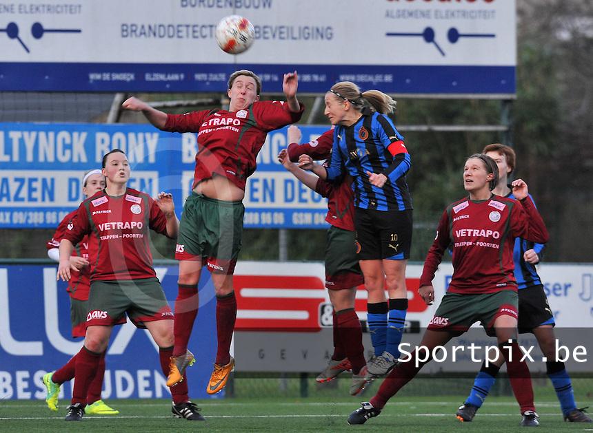 Dames Zulte - Waregem - Dames Club Brugge : luchtduel tussen Marijke Callebaut (rechts) en Celine Decock (links).foto VDB / Bart Vandenbroucke