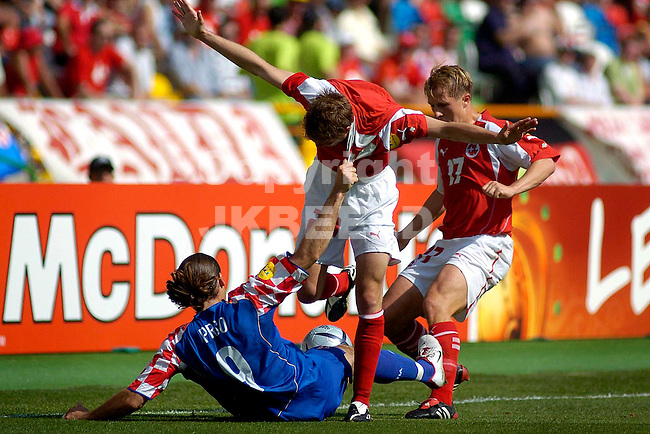 Zwitserland - Kroatie Europees kampioenschap 2004 Portugal seizoen 2003-2004 13-06-2004 Prso trekt aan het shirts van Muller