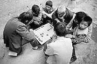 Am Yangtze-Fluss in der Provinz Hubei / China<br /> Die chinesische Regierung plant in der Provinz Hubei den Yangtze-Fluss mit einem Staudamm zur Stromgewinnung aufzustauen. Dabei werden ca. 3 Millionen Menschen umgesiedelt.<br /> Hier: Maenner und Jungen beim traditionellen Brettspiel &quot;GO&quot; in Zigui. Der Ort Zigui wird vom Staudamm ueberspuelt werden und mehrere tausend Menschen verlieren ihre Heimat.<br /> 1992, Zigui, Provinz Hubei / China<br /> Copyright: Christian-Ditsch.de<br /> [Inhaltsveraendernde Manipulation des Fotos nur nach ausdruecklicher Genehmigung des Fotografen. Vereinbarungen ueber Abtretung von Persoenlichkeitsrechten/Model Release der abgebildeten Person/Personen liegen nicht vor. NO MODEL RELEASE! Nur fuer Redaktionelle Zwecke. Don't publish without copyright Christian-Ditsch.de, Veroeffentlichung nur mit Fotografennennung, sowie gegen Honorar, MwSt. und Beleg. Konto: I N G - D i B a, IBAN DE58500105175400192269, BIC INGDDEFFXXX, Kontakt: post@christian-ditsch.de<br /> Urhebervermerk wird gemaess Paragraph 13 UHG verlangt.]