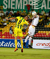 BUCARAMANGA - COLOMBIA, 18-08-2018: Michael Rangel (Izq.) jugador de Atlético Bucaramanga disputa el balón con Luis Payares (Der.) jugador de Deportes Tolima, durante partido entre Atlético Bucaramanga y Deportes Tolima, de la fecha 5 por la Liga Aguila II 2018, jugado en el estadio Alfonso López de la ciudad de Bucaramanga. / Michael Rangel (L) player of Atletico Bucaramanga vies for the ball with Luis Payares (R) player of Deportes Tolima, during a match between Atletico Bucaramanga and Deportes Tolima, of the 5th date for the Liga Aguila II 2018 at the Alfonso Lopez Stadium in Bucaramanga city Photo: VizzorImage  / Oscar Martínez / Cont.