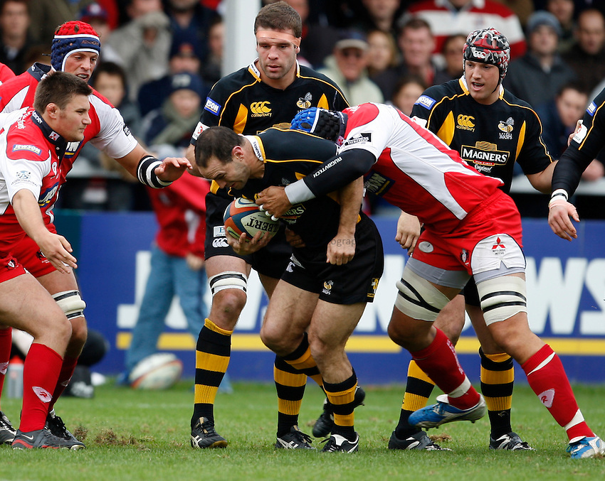 Photo: Richard Lane/Richard Lane Photography. Gloucester Rugby v London Wasps. Anglo Welsh EDF Energy Cup. 04/10/2008. Wasps' Mark Robinson attacks.