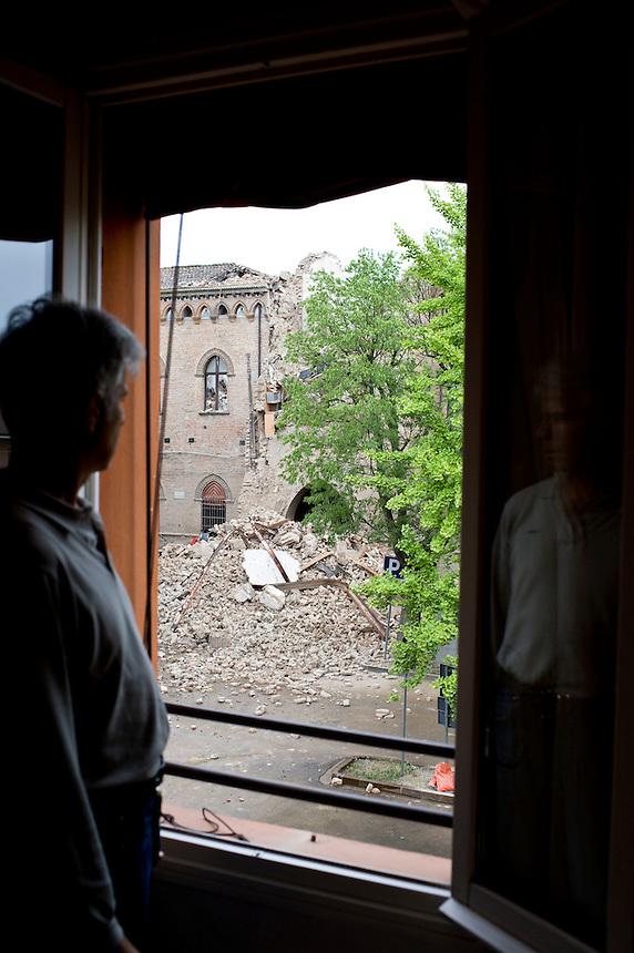 Poggio Renatico (FE) - 20 maggio 2012. Dopo il sisma della notte appena passata si sistemano i danni. Nelle case sopratutto mobili e suppellettili rotte.