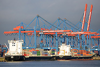 Container Terminal Altenwerder mit Feeder Schiffen: EUROPA, DEUTSCHLAND, HAMBURG, (EUROPE, GERMANY), 05.03.2011: Container Terminal Altenwerder mit FeederSchiffen, Verteilung der Container in Norddeutschland, Skandinavien und das Baltikum