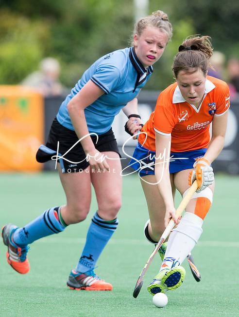 BLOEMENDAAL -  Pien Tol (m)  van Bl'daal   tijdens de  tweede play out wedstrijd tussen de vrouwen van Bloemendaal en HGC (0-1) . links Julia van der Elst van HGC. COPYRIGHT KOEN SUYK