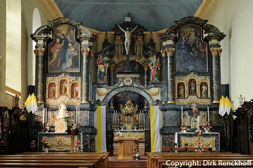 Gotische Schnitzfiguren der 3 Jungfrauen Spes, Fides und Caritas im Barockalter der Kirche des ehemaligen Franziskanerklosters in Troisvierges, Luxemburg