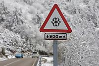 Fecha: 2017-12-02 O Cebreiro, Lugo.-  TIEMPO FRÍO -. El temporal de frío, nieve y viento que afecta a la mitad norte del país y que ha obligado a la Aemet a decretar este sábado alerta naranja en ocho provincias de cinco comunidades y aviso amarillo en otras 31 de once comunidades, empezará a remitir a partir del domingo, en que se impondrá el anticiclón. En la imagen una señal de peligro por nieve en la carretera Lu-633, cerca de Pedrafita do Cebreiro