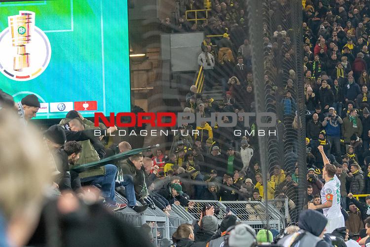 05.02.2019, Signal Iduna Park, Dortmund, GER, DFB-Pokal, Achtelfinale, Borussia Dortmund vs Werder Bremen<br /> <br /> DFB REGULATIONS PROHIBIT ANY USE OF PHOTOGRAPHS AS IMAGE SEQUENCES AND/OR QUASI-VIDEO.<br /> <br /> im Bild / picture shows<br /> Jubel #Max Kruse (Werder Bremen #10)auf dem Zaun<br /> <br /> Foto © nordphoto / Ewert