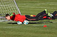 Torwart Lukas Hradecky (Eintracht Frankfurt) übt die Balance zu halten, indem er auf Bällen liegt - 30.01.2018: Eintracht Frankfurt Training, Commerzbank Arena