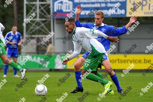 2011-10-09 / voetbal / seizoen 2011-2012 / Dessel Sport - Olympia Wijgmaal / Omar Benassar (vooraan) (Dessel) rukt op en Jeroen Steenwegen (achteraan) (Wijgmaal) geeft hem vrije doorgang.