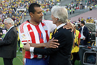 PASADENA - UNITED STATES, 07-06-2016: Jose Pekerman (Der) técnico de Colombia (COL) saluda a Paulo Da Silva de Paraguay previo al encuentro del grupo A ,fecha 2, con Paraguay (PAR) por la Copa América Centenario USA 2016 jugado en el estadio Rose Bowl en Pasadena, California, USA. /  Jose Pekerman (R) coach of Colombia (COL) hugs with Paulo Da Silva of Paraguay prior a match of the group A against Paraguay (PAR) for the date 2 of the Copa América Centenario USA 2016 played at Rose Bowl stadium in Pasadena, California, USA. Photo: VizzorImage/ Luis Alvarez /Str