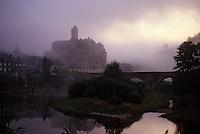 Europe/France/Auvergne/12/Aveyron/Estaing: Lever de brume sur le Château (XIIIème) et le Lot