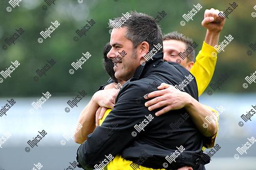 2011-10-09 / Voetbal / seizoen 2011-2012 / Berchem Sport - Lyra / Kocak scoorde en valt in de armen van trainer Selleslags (1-1)..Foto: Mpics