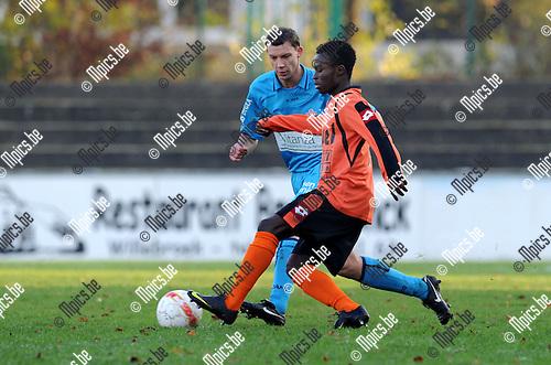 2010-11-28 / Voetbal / seizoen 2010-2011 / Willebroek-Meerhout - Lyra / Werner Ooms (Lyra) met Hakizimana..Foto: Mpics